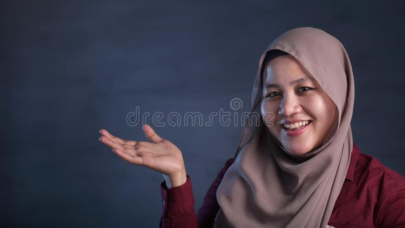 Moslimdame Presenting Something aan Haar Kant met Exemplaarruimte stock afbeelding