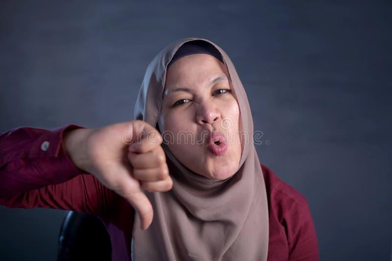 Moslimdameshows thumbs down Gebaar, Teleurgestelde Uitdrukking royalty-vrije stock fotografie