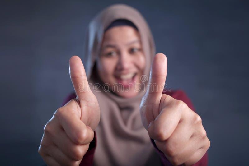 Moslimdameshows thumbs up Gebaar royalty-vrije stock foto's