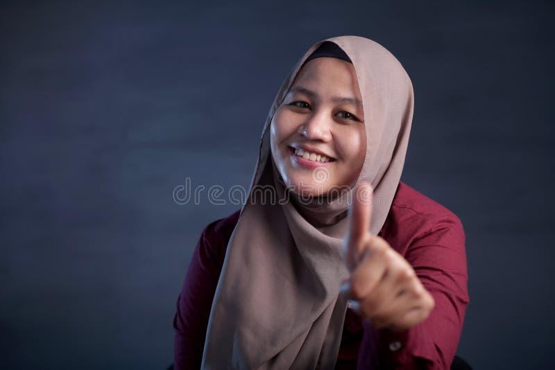 Moslimdameshows thumbs up Gebaar stock afbeeldingen