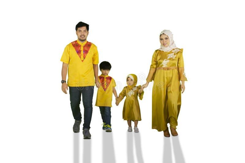 Moslimfamilie die in de studio lopen royalty-vrije stock afbeelding