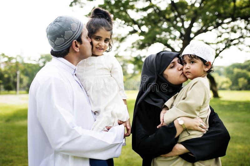 Moslimfamilie die een goede tijd hebben in openlucht royalty-vrije stock fotografie