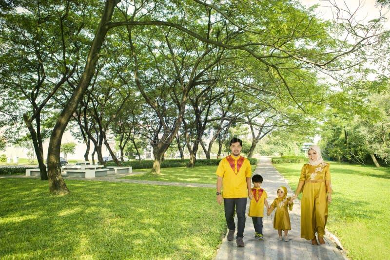 Moslimfamilie die samen in het park lopen royalty-vrije stock afbeeldingen