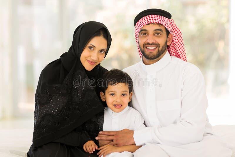 Moslimfamiliezitting royalty-vrije stock afbeeldingen
