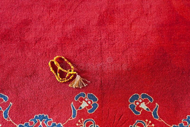 Moslimgebedparels op rood tapijt in een moskee royalty-vrije stock fotografie