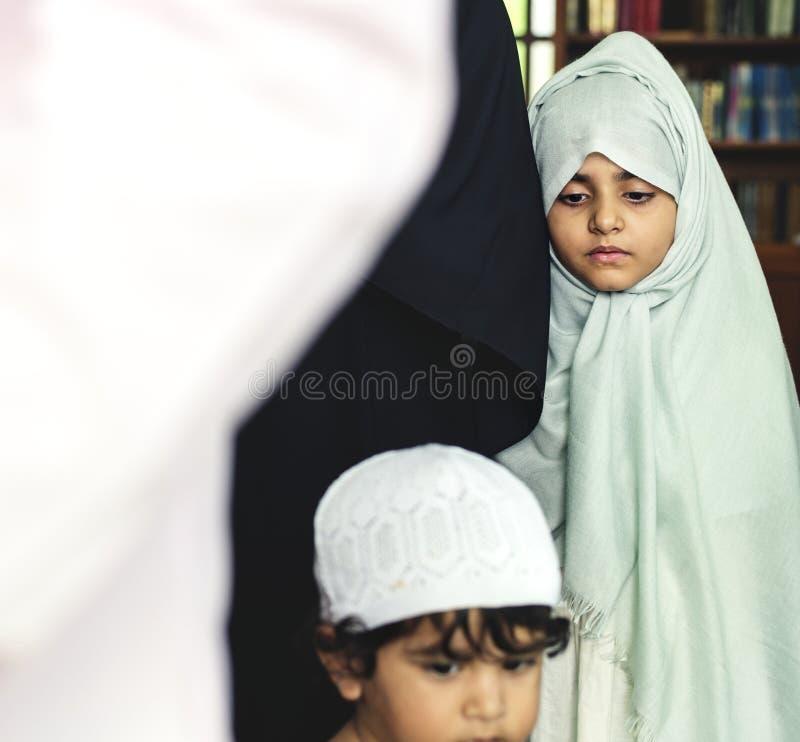 Moslimjonge geitjes bij de moskee royalty-vrije stock foto