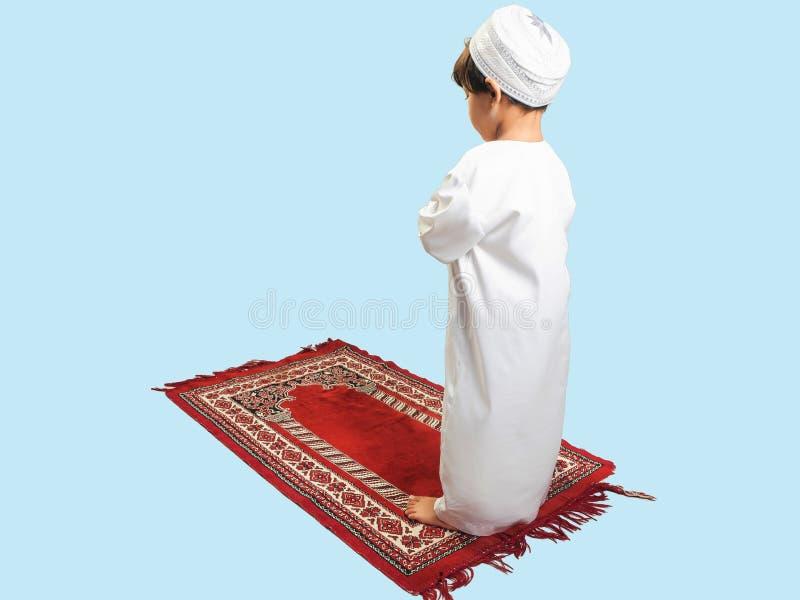 Moslimjongen in een jurk Praying, isoleer de achtergrond royalty-vrije stock fotografie