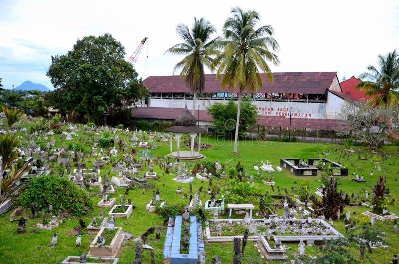 Moslimkerkhof op hellende heuvel met Brooke Dockyard en kraan Kuching Sarawak Maleisië stock fotografie