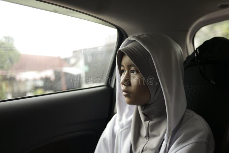 Moslimmeisje in Auto, Droevig Depressieconcept royalty-vrije stock afbeeldingen