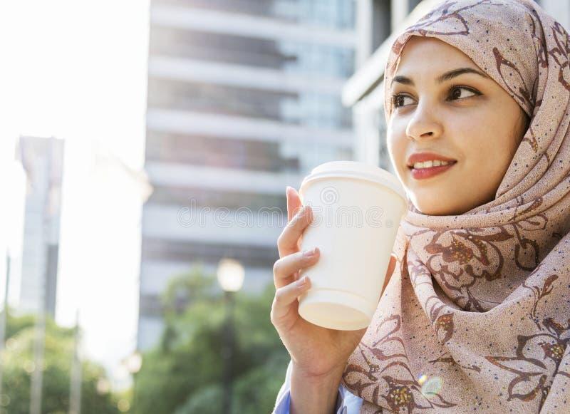 Moslimmeisje die een kop van koffie houden royalty-vrije stock foto's