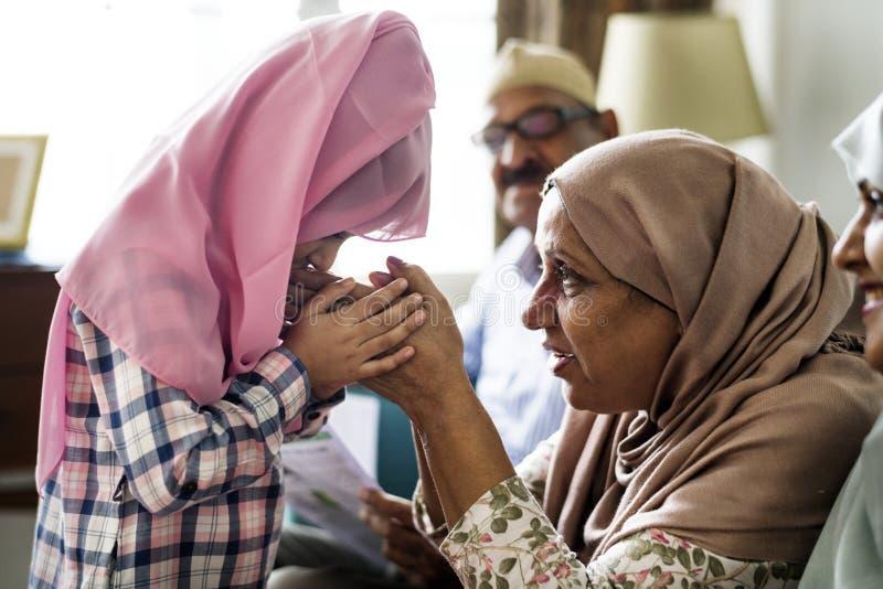 Moslimmeisje het bidden eerbied aan moeder royalty-vrije stock fotografie
