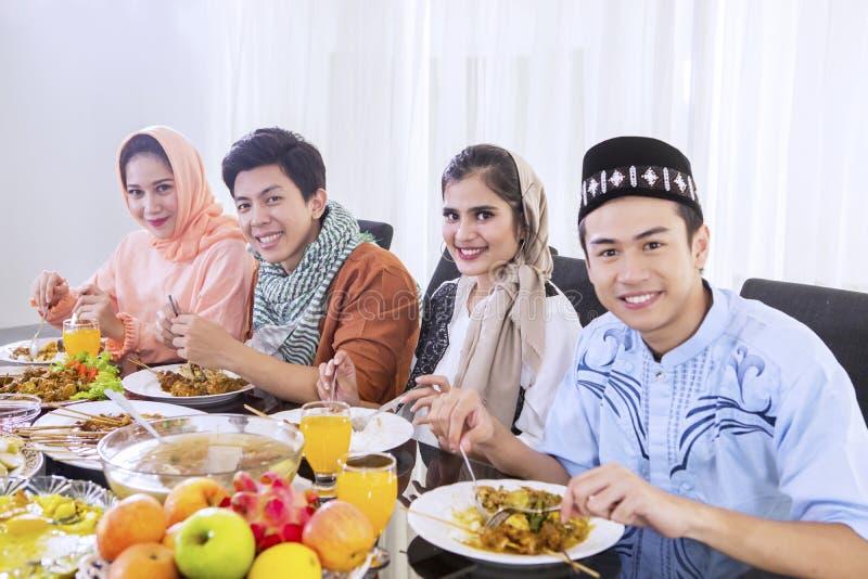 Moslimmensen die van maaltijd genieten bij onderbrekingen snel royalty-vrije stock fotografie