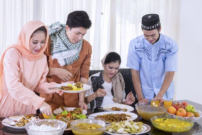 Moslimmensen die voedsel voor onderbrekingen voorbereiden snel stock foto's