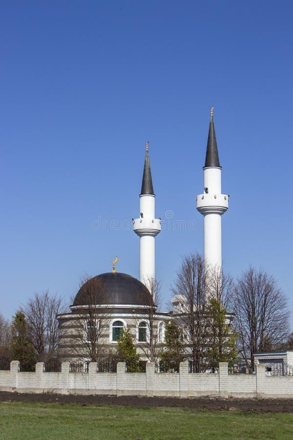 Moslimmoskeeheiligdom, een witte moskee met een vriend van de minaretten in Tatar dorp Rusland Mooie Islamitische moskee royalty-vrije stock foto