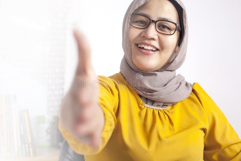 Moslimonderneemster Offering Hand Shake stock foto
