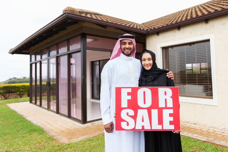 Moslimpaar voor verkoop stock foto