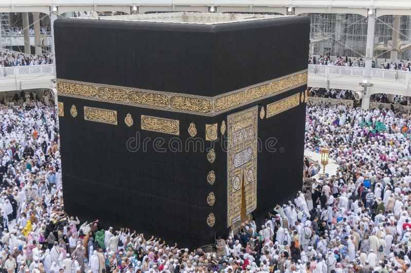 Moslimpelgrims circumambulate Kaaba dichtbij Zwarte Steen in Masjidil Haram in Makkah, Saudi-Arabië stock fotografie
