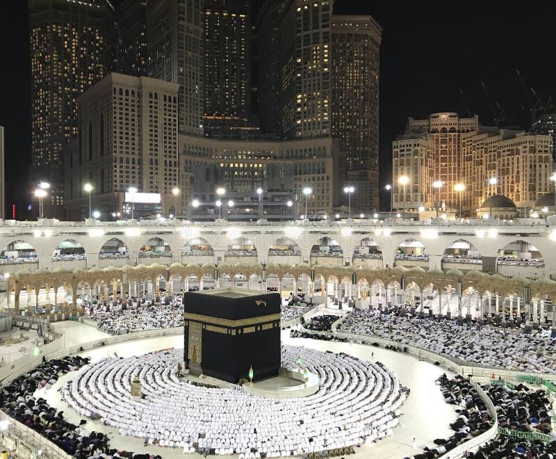 Moslimpelgrims in prostratie sujud positie die Kaabah onder ogen zien tijdens avondgebed stock afbeelding