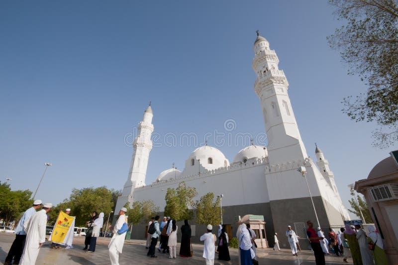 Moslims bij de samenstelling van Masjid Quba royalty-vrije stock afbeelding