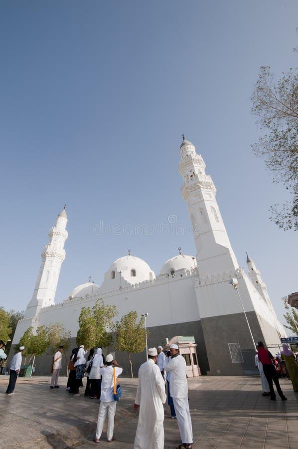 Moslims bij de samenstelling van Masjid Quba royalty-vrije stock foto