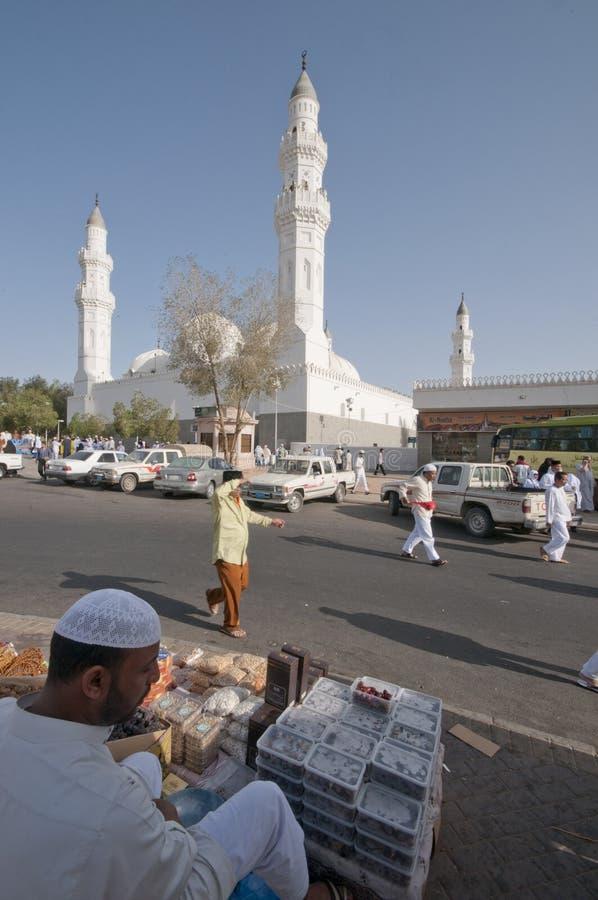 Moslims bij de samenstelling van Masjid Quba stock afbeelding