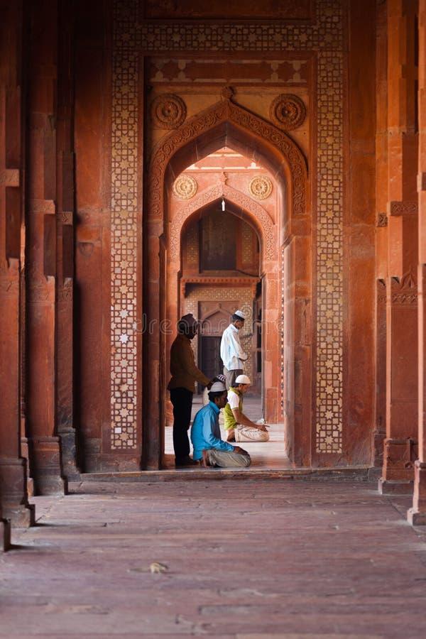 Moslims die de Kolommen van de Moskee van Fatephur Sikri bidden stock fotografie