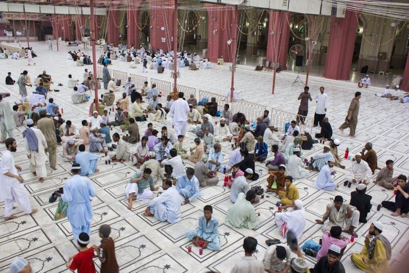 Moslims die op tijd aan snel het breken wachten royalty-vrije stock fotografie