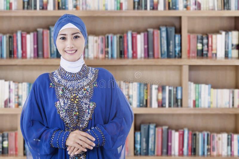 Moslimstudent in de bibliotheek royalty-vrije stock foto