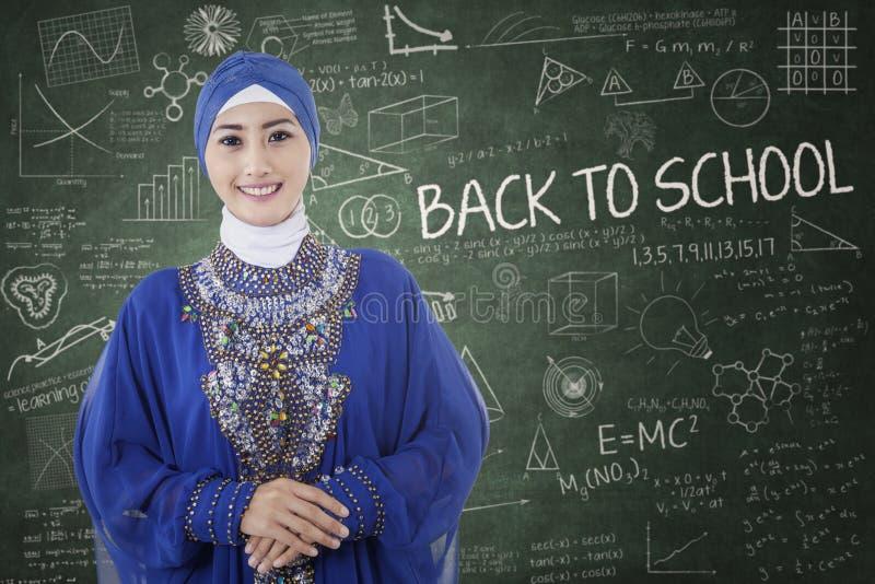 Moslimstudent in het klaslokaal stock foto's