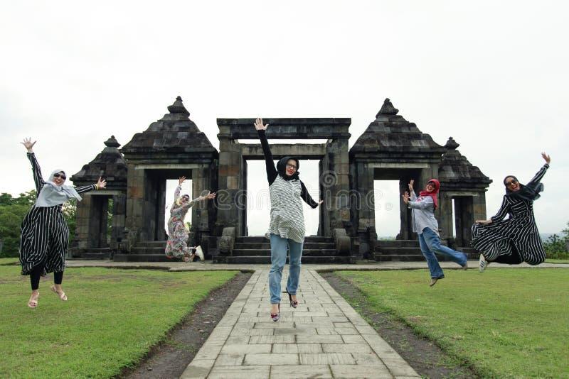 Moslimtoerist die gelukkig op Historisch Gebied Ratu Boko springen royalty-vrije stock afbeelding
