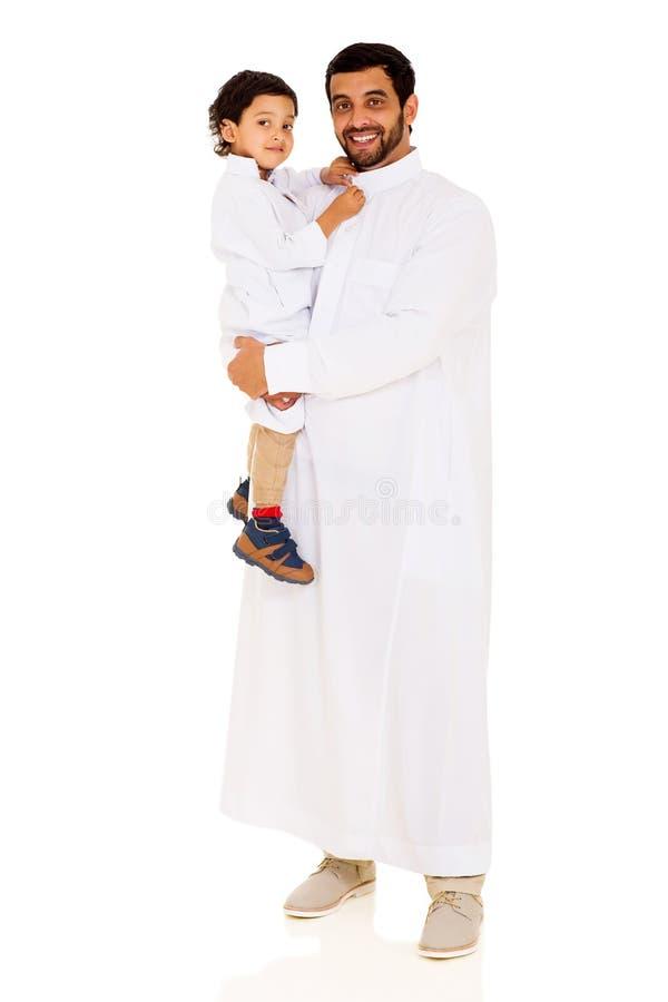 Moslimvader dragende zoon stock afbeeldingen