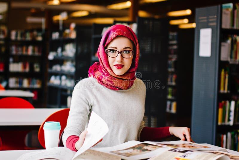 Moslimvrouw bij de bibliotheek royalty-vrije stock foto