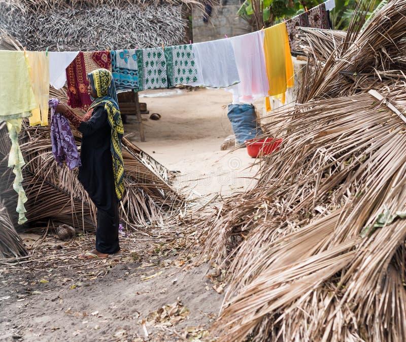 Moslimvrouw in burka, Zanzibar, Tanzania stock foto