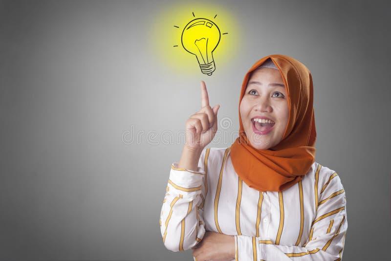 Moslimvrouw die Helder Idee hebben stock afbeeldingen
