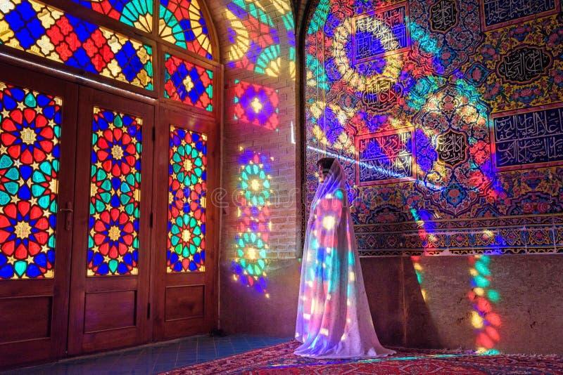 Moslimvrouw die in Nasir Ol-Molk-moskee, ook beroemd als Roze Moskee bidden shiraz iran stock afbeeldingen