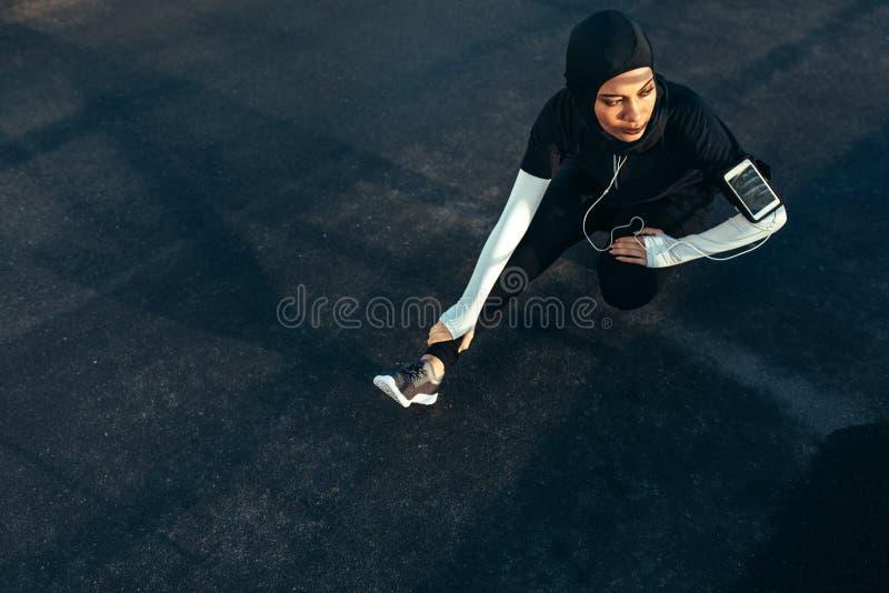 Moslimvrouw die oefening in ochtend doen stock afbeelding