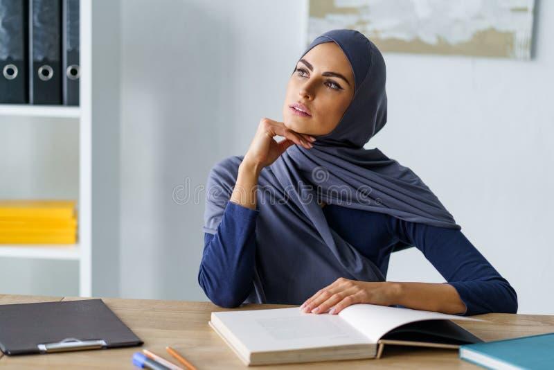 Moslimvrouw die ongeveer nadenken royalty-vrije stock foto's