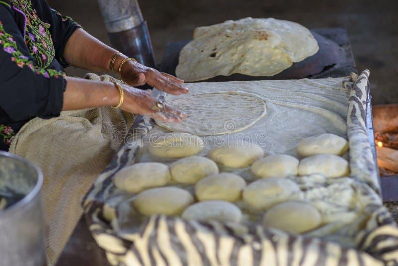 Moslimvrouw die voedsel maken stock afbeeldingen