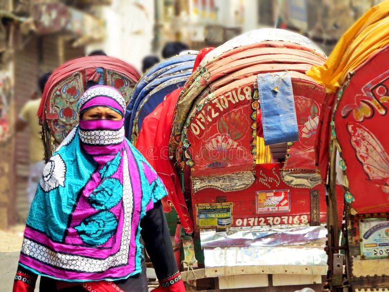 Moslimvrouw en riksja's in oude stad van Dhaka royalty-vrije stock foto's