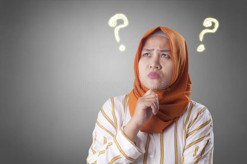 Moslimvrouw het Denken Oplossing om Probleem op te lossen royalty-vrije stock afbeelding