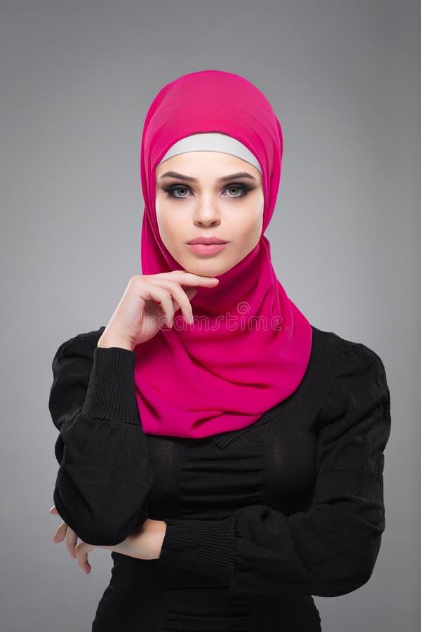 Moslimvrouw in hijab stock foto's