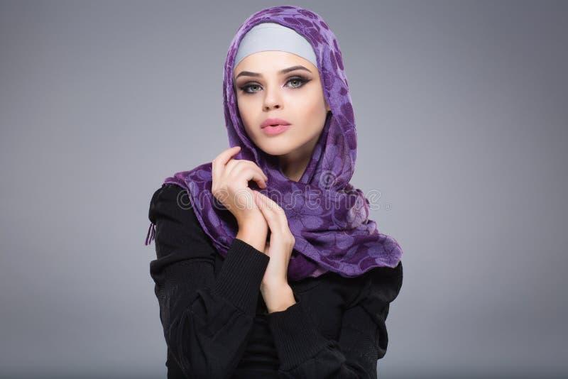 Moslimvrouw in hijab royalty-vrije stock afbeeldingen