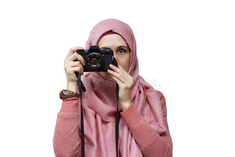 Moslimvrouw in hijab die foto nemen door uitstekende slrcamera stock fotografie