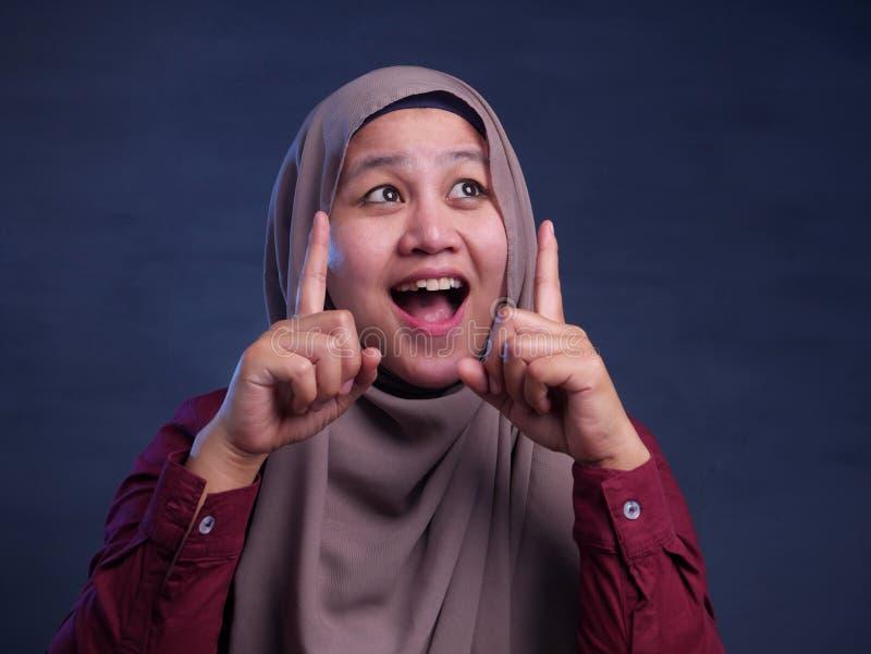 Moslimvrouw met het Denken Uitdrukking stock fotografie
