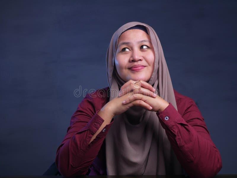 Moslimvrouw met het Denken Uitdrukking stock afbeelding