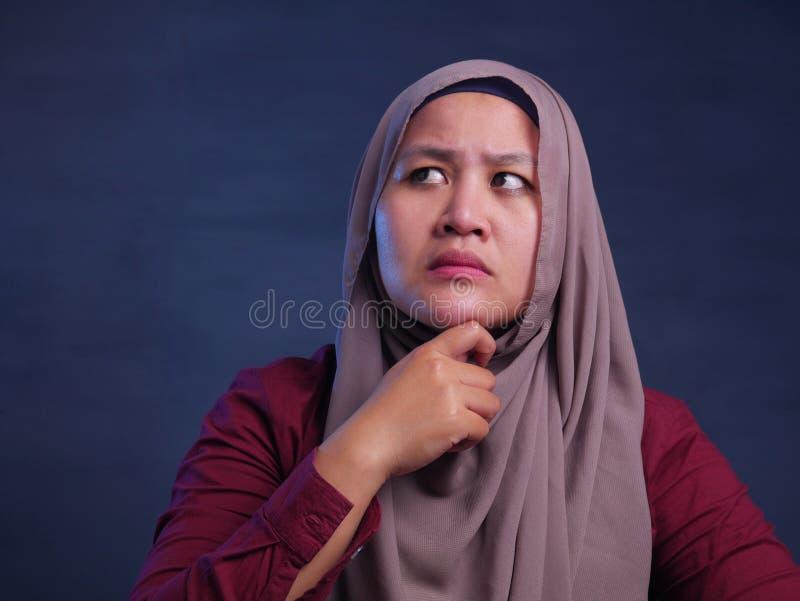 Moslimvrouw met Thnking-Uitdrukking royalty-vrije stock afbeeldingen