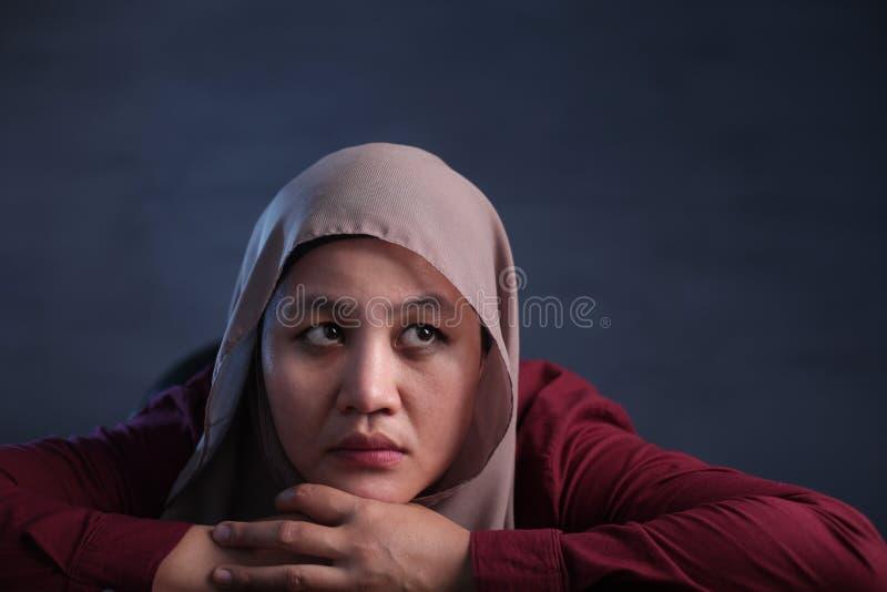 Moslimvrouw met Thnking-Uitdrukking stock fotografie