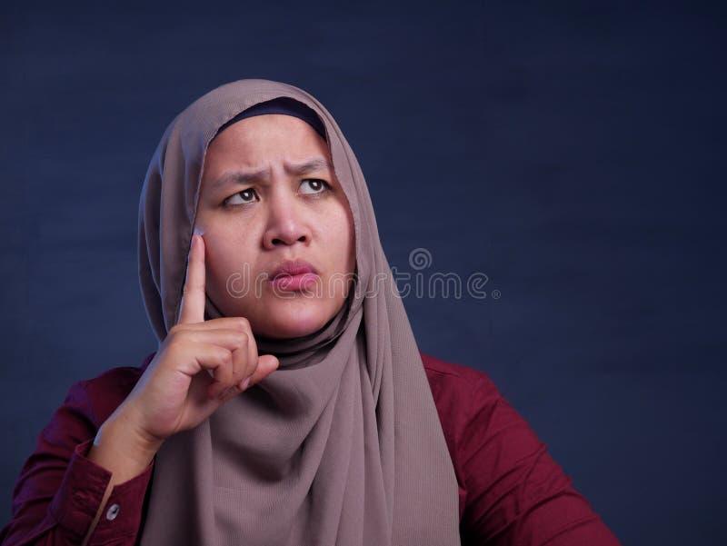 Moslimvrouw met Thnking-Uitdrukking stock foto