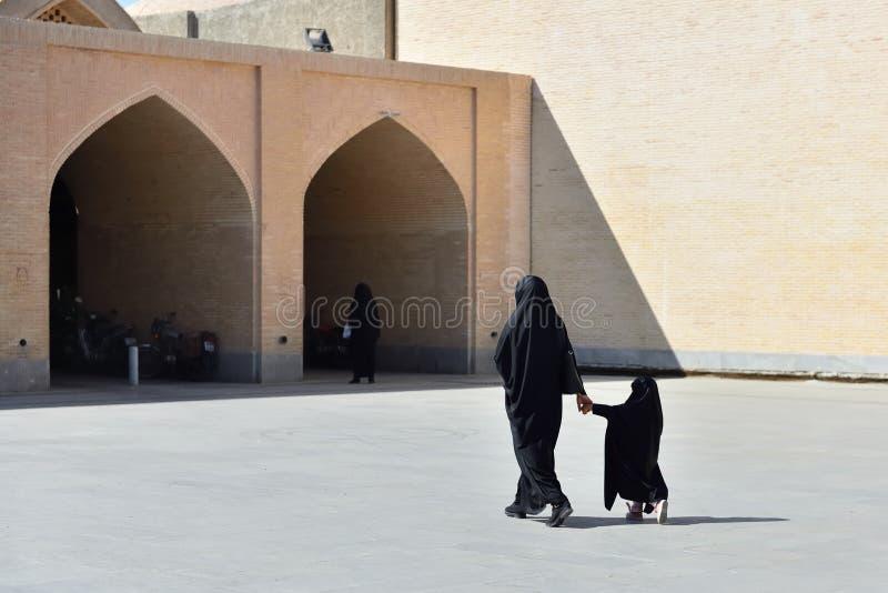 Moslimvrouw met traditionele chador, Iran stock foto's
