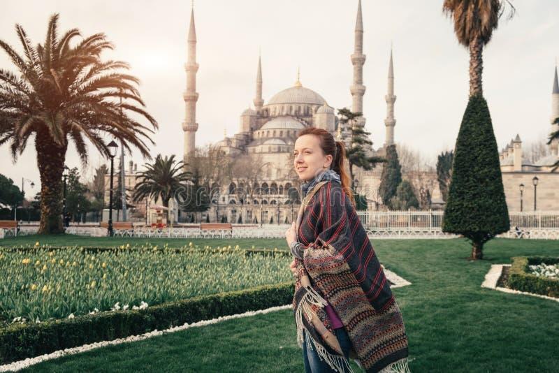 Mosquée bleue d'Istanbul et de jeune voyageur dans le premier plan images libres de droits